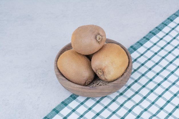 흰색 바탕에 신선한 키 위 나무 그릇. 고품질 사진