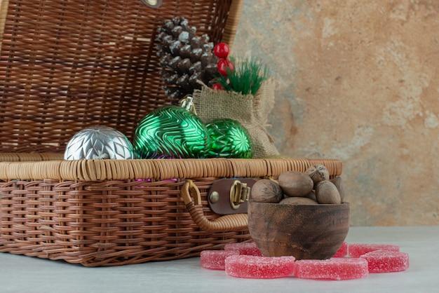 白い背景の上のナッツと木製のボウル。高品質の写真