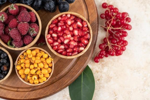 Деревянные миски с вкусными ягодами