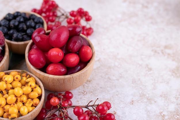 Деревянные миски с вкусными ягодами.