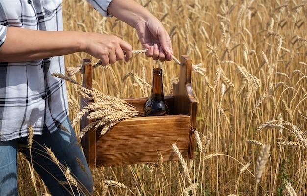 小麦の耳とガラスのビール瓶が付いている木箱