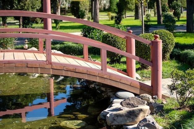 일본 정원에 있는 연못 위의 목조 다리, 클로즈업