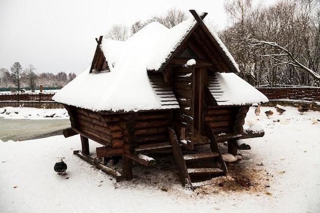 Деревянное здание, предназначенное для отдыха. зимний сезон