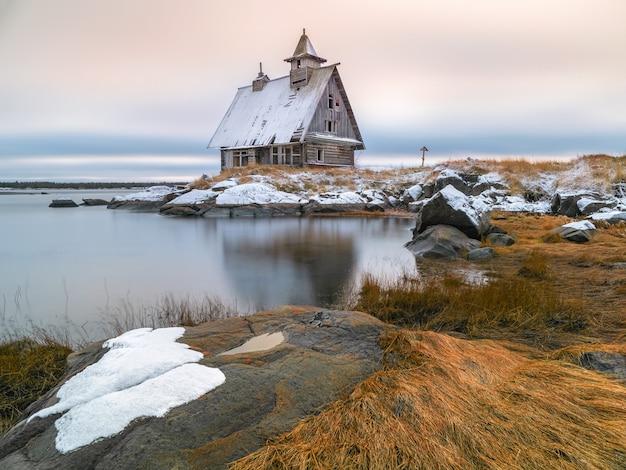 영화 촬영을 위해 지어진 목조 예배당. 러시아 마을 rabocheostrovsk의 해안에 정통 영화관이있는 눈 덮인 겨울 풍경.