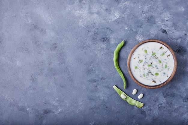豆入りヨーグルトスープの木製カップ。
