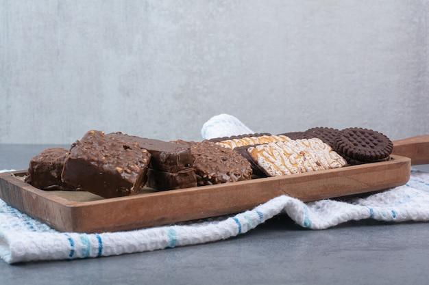 クッキーとチョコレートでいっぱいの木製まな板。