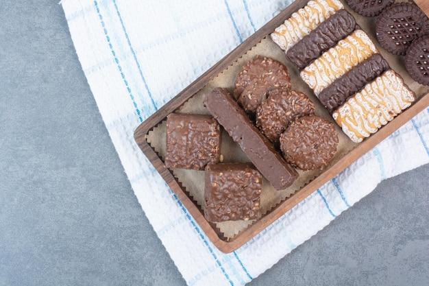 クッキーとチョコレートでいっぱいの木製まな板