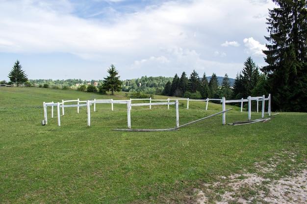 Деревянный забор для лошадей на ферме лошадей