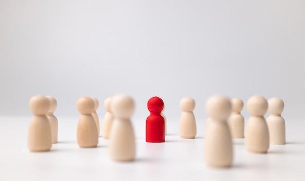 Деревянная фигура, стоящая с командой, чтобы влиять и расширять возможности.