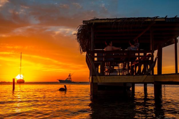 ウエストエンドの木製の桟橋(ロアタン、ホンジュラス)