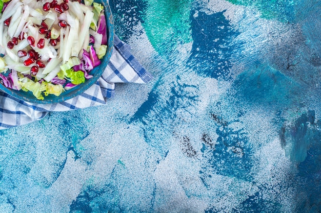 タオルの上に新鮮なみじん切りのさまざまな野菜の木のプレート