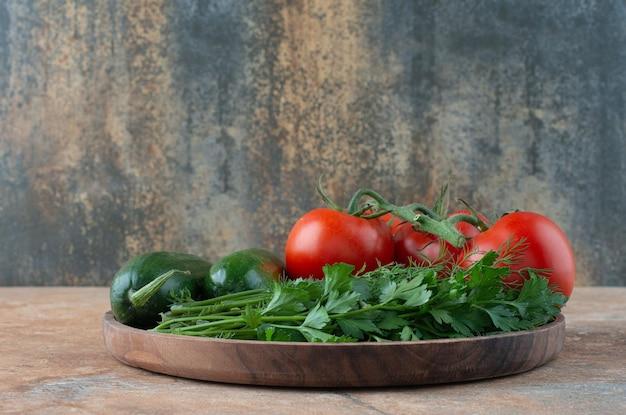 きゅうり、野菜、トマトの木製プレート。