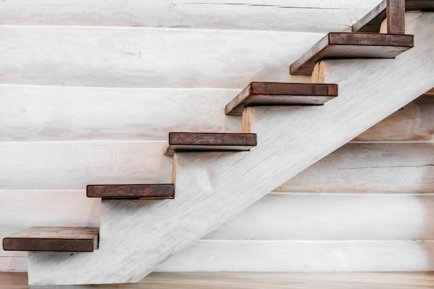 家の中で木の丸太が付いている木製の階段