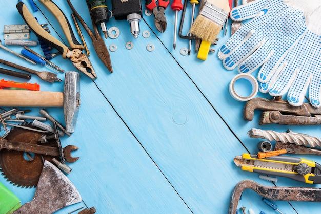 Рабочее место с множеством старых инструментов.