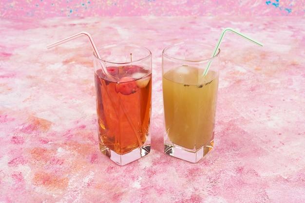 ジュースの黄色と赤のグラス。