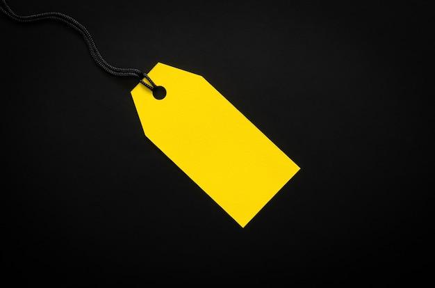 ブラックフライデーのコンセプトのショッピングと割引のための黒い背景に黄色の空白の値札。