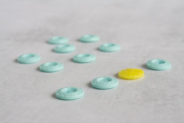많은 파란색 버튼 중 노란색 버튼