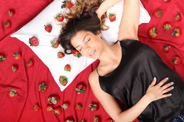 Молодая взрослая американская женщина мечтает о клубнике.