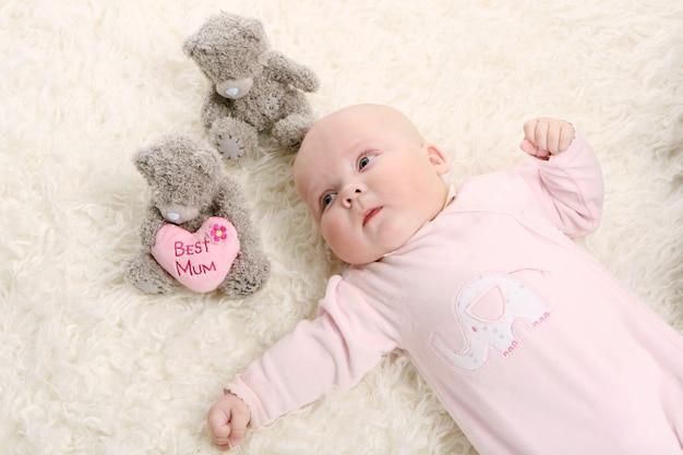 ピンクの若くて美しい赤ちゃん