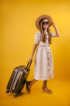 모자에 젊고 어린 소녀는 해외 여행을 계획