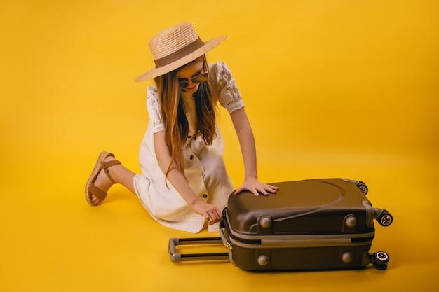 모자에 젊고 어린 소녀는 여행을 계획