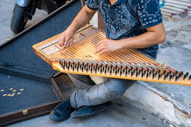 Молодой артист играет музыку на кануне на улицах стамбула, чтобы заработать немного денег.