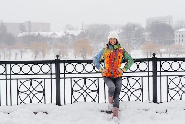 Молодая спортивная девушка позирует в морозный и снежный день. фитнес, бег.