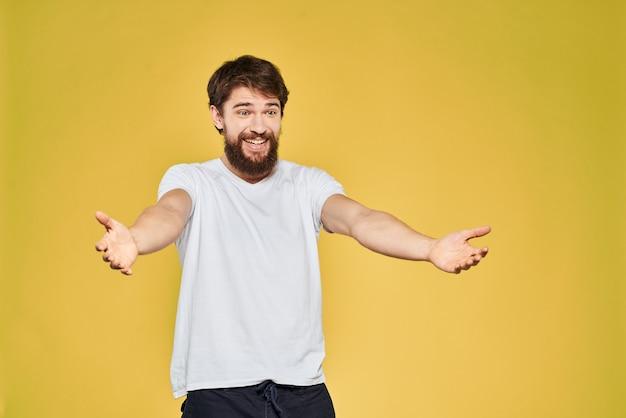 Молодой бородатый мужчина изолирован на желтом