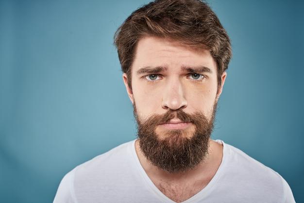 Молодой бородатый мужчина выглядит грустным