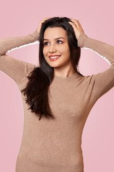 Молодая красивая девушка брюнетка в светло-коричневом свитере