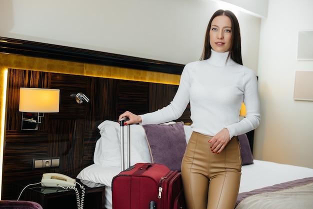 고급 호텔에서 그녀의 방에 체크인 한 젊은 아름다운 소녀