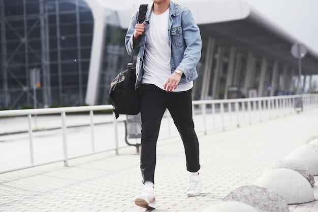 空港で美しい若者が飛行機を待っています。