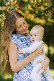 Молодая красивая мама с длинными светлыми волосами