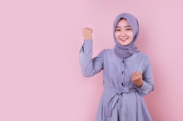 彼女の拳を見せて若い美しいイスラム教徒の女性