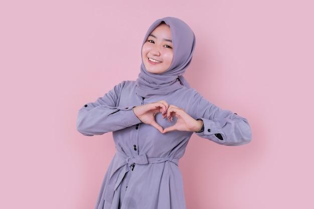 笑顔の若い美しいイスラム教徒の女性