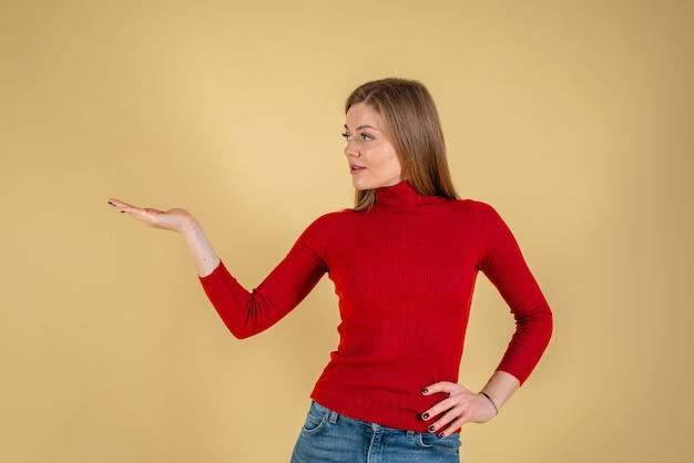 若い美しい女性が笑顔で指を横に向ける