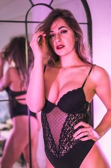 거울을보고 그녀의 입술을 그림 속옷에 젊은 금발 백인. 집에서의 감각적 인 사진, 세로 사진