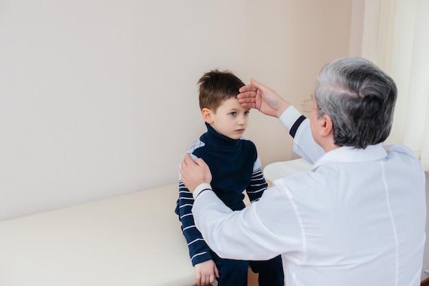 少年は、現代の診療所で経験豊富な医師に耳を傾け、治療を受けています。ウイルスと伝染病