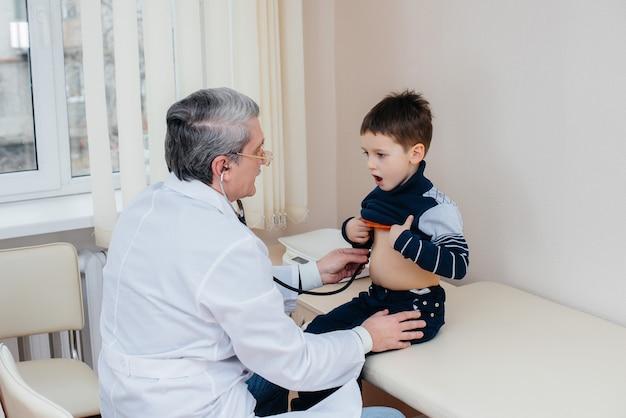 少年は、現代の診療所で経験豊富な医師に耳を傾け、治療を受けています。ウイルス、そして流行。