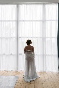 透明な下着姿の若い花嫁がシックなカルテットで結婚する