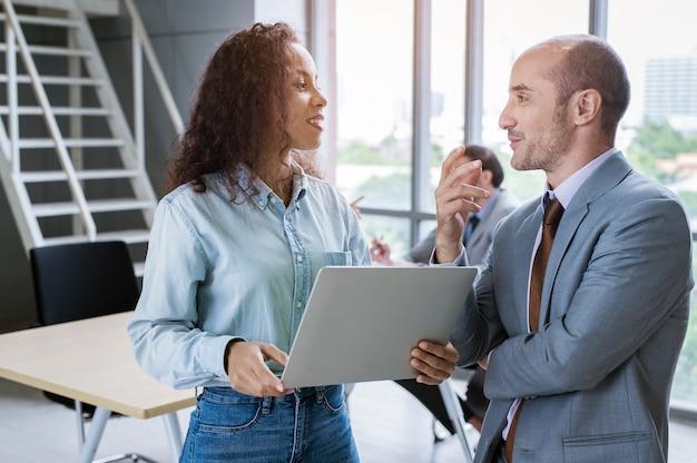 Молодые деловые люди обсуждают и проводят мозговой штурм в современном офисе