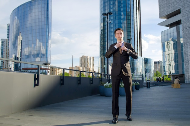 Молодой бизнесмен в летнем мегаполисе.