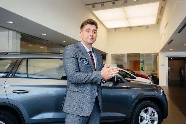 젊은 사업가 자동차 대리점에서 새 차를 본다