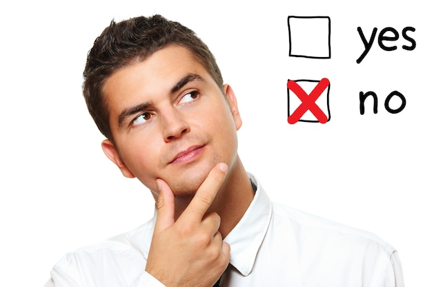 Молодой бизнесмен голосует за на белом фоне