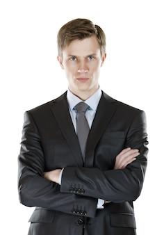 腕を組んだ青年実業家が厳しい表情を見せた。孤立