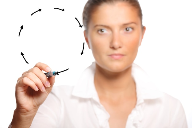 Молодой предприниматель, рисуя круг стрелок на белом фоне