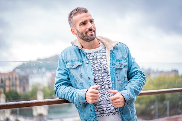 街を背景にカウガールジャケットを着た写真撮影の若い白人ブルネット