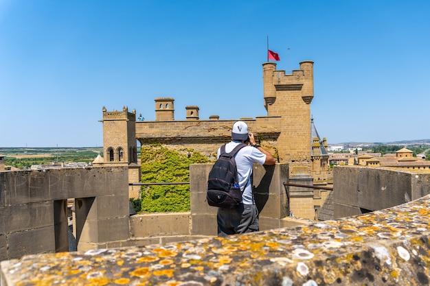 Молодой кавказский фотограф занимается сельским туризмом в средневековом городе и его красивом замке.