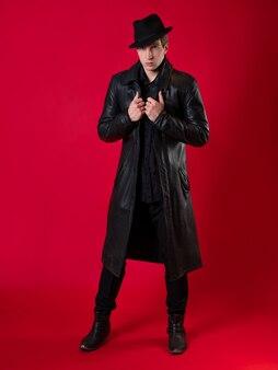 黒い服を着た若いカリスマ的な男がノワール物語の主人公