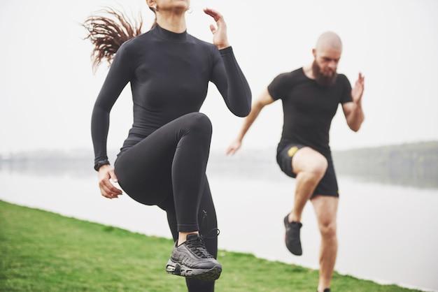 젊은 부부는 아침에 야외에서 스포츠를 즐깁니다. 운동 전에 워밍업